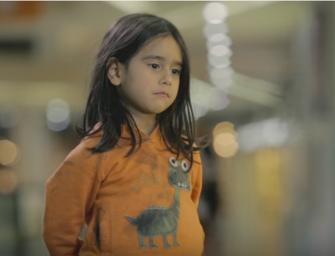 Ar Jūs sustotumėte, jei pamatytumėte šią mažą mergaitę vienišą gatvėje?
